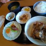 ダイニングカフェ846 - 超お得な日替わり定食、1日限定20食・650円(税抜き)  鯛のアラ炊きの味も良く、量もあり、刺身付き。これだけで星五つ〜♪