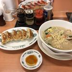 日高屋 - 野菜たっぷりタンメンと餃子のセット、730円。タンメンは、結構食べ進んでる状態(^_^;)