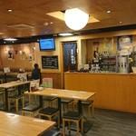 101563379 - 2階店内では広いスペースを、ゆったりとテーブルスペースが取られていた。
