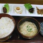 一〇八 - 惣菜4種盛りとご飯、味噌汁、デザート