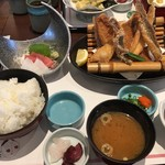 和食鍋処 すし半  - お造りカレイ唐揚定食