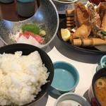 和食鍋処 すし半  - お造りカレイ唐揚げ定食