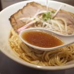 河内の中華そば 醤 - スッキリした鶏ベースの醤油味のスープ