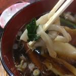 101579201 - 細麺、豚肉、小松菜を一緒に