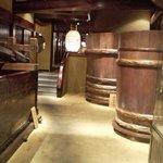 東京 芝 とうふ屋うかい - 酒樽が店内に展示されてました