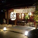 東京 芝 とうふ屋うかい - お庭を歩いてやっと入口玄関!