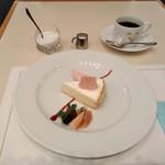 サロン・ド・テ・ミュゼ イマダミナコ - [料理] ディアーヌのチーズケーキ & Hot珈琲 (ブレンド) セット全景♪w