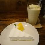 コーラル ツリー カフェ - スナックパインのスムージー、レアチーズケーキ