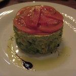 ピニョン - キャベツ、アボカド、トマトのサラダ