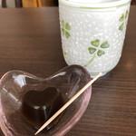 癒しの駅 ほっと - 着席時に出されたお茶とハート型のゼリー