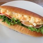 日々ムラカミ - イロドリサンド 卵、ハム、トマトなどをはさんだサンドウィッチ。