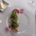 レ セゾン - ホタテと食用花と紅芯大根のサラダ