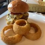 ダグズ・バーガー - Doug's Do W.A.T. Cheese Burgerの溶岩焼き オニオンリングセット