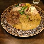 キッチン アンド カリー - 料理写真:あいがけ(味噌キーマ、冬野菜と豆のカレー)