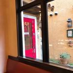 ジェラテリア テオブロマ - 赤い扉が目印!