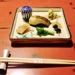 蘆月 - 前菜(真魚鰹、ナマコ、からすみ、数の子、黒豆)。