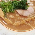 101611977 - 背脂も浮く濃厚スープ!