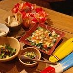 ALOHA TABLE - ◆マグロとアボカドのポキ ◆ピリ辛キューカンバ ◆カルアピッグとクリームチーズのパテ ◆オーガニックベビーリーフのサラダ