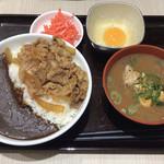 吉野家 - 牛黒カレー 大盛り 玉子+豚汁  900円