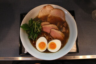 麺巧 潮 - にほんいち醤油そば(870円、真上から)