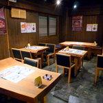 幸喜屋 - テーブルは全て単板の一枚もの。さり気なく独持の趣を醸し出す。