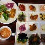 HAKATA ONO - メインの麺や料理に加えて、前菜バー・スープバー・サラダバー・ドリンクバーが付いています。