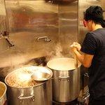 あじゅち屋 - 店内で、12時間かけてスープを煮込みます。