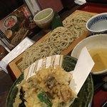 庵 - 舞阪産牡蠣の天ぷら3個とせいろ蕎麦の大盛りで1480円です。