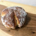 トツゼン ベーカーズ キッチン - しっとりくるみパン。ちょっと乾燥気味。
