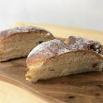 トツゼン ベーカーズ キッチン - しっとりくるみパン。菓子パンぽい生地感。バゲットは大好きなんですがあとはあんまり好みに合わないのかもしれません。