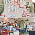 尾道ラーメン 桃竹 - メニューは壁面のみ。店内は明るく広い