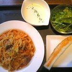 フーディング カフェ エス - 鶏肉とキャベツのトマトパスタ