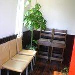 フーディング カフェ エス - 入ってすぐの所・ここで座って待てます♡