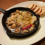 チーズタッカルビ×ラクレットチーズ サルーテ - 海老とマッシュルームのアヒージョ