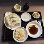 Baku - 貘(ばく)(東京都港区芝公園)焼餃子(4個)と炒飯セット 800円