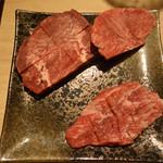 立喰い焼肉 おやびん - 左上から時計回りで牛タン・タンモト・シキンボ