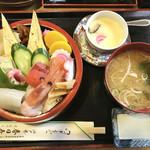 春日寿し - 料理写真:海鮮ちらし大盛り¥1000