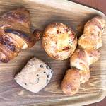 まつどべーかりぃ - 料理写真:クロワッサン、ベーコンエピ、スコーン、2種のチーズと角切りベーコン