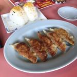 鹿児島ラーメン笑 - セットの餃子とおにぎり