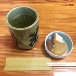 勝花 - 小鉢とお茶