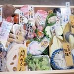 shinjukugyoentempurakushiyamamotoya - 天ぷら串も見せてくれます