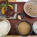 蕎麦と鶏 はんさむ - 日替わり定食のB牛ハラミステーキ1,180円を冷たい蕎麦全景