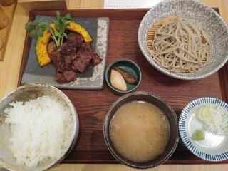 蕎麦と鶏 はんさむ 下北沢 - 日替わり定食のB牛ハラミステーキ1,180円を冷たい蕎麦全景