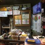 勝 - 店内風景とメニュー