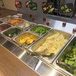 鉄板焼天神ホルモン姪浜店 - 定食にはサラダバーがセットになってたんでお肉が焼きあがるまで先ずはサラダバーへ向かいます。