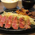 鉄板焼天神ホルモン姪浜店 - メインのお肉はもやしを挟んで希少部位のミスジ肉と自慢のホルモンが楽しめるミックス定食