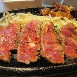 鉄板焼天神ホルモン姪浜店 - ミスジ肉はミディアムレアで焼き上げて貰いオリジナルソースでいただきましたが口の中でもたつかず濃厚な味わいのお肉でした。