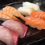 にぎり長次郎 - 右上から左へ(ヤリイカ、海老、サーモン、ハマチ)です。ヤリイカとハマチが美味しい!!