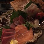 tawarayashoutemmarukome - 写り悪くてすみません。             刺身五種盛             まぐろ、サーモン、寒ブリ、タコ、鯛