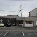 グラン グルトン - 友達にいただいて一度行きたいと思っていました。かわいいお店です。店員さんの制服もかわいいです。 栗の入ったフランスパンが好きです。黒糖ベーグルも大好き